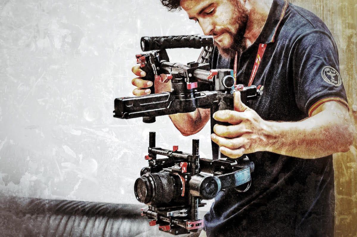 Videógrafo de One Air Pictures grabando con cámara DSLR y estabilizador DJI Ronin.