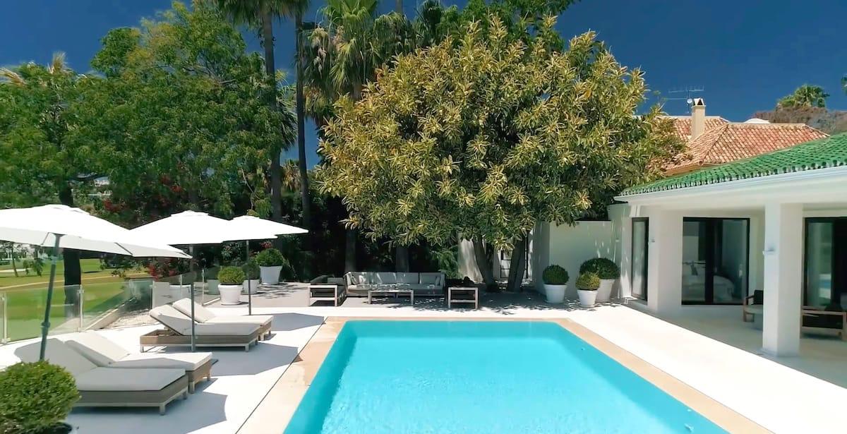 Imagen de chalet con piscina para promoción turística inmobiliaria.