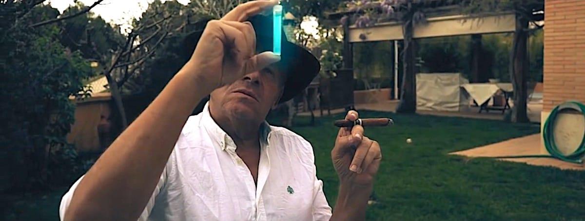 Imagen de hombre sujetando cánula generada con efectos visuales vfx.