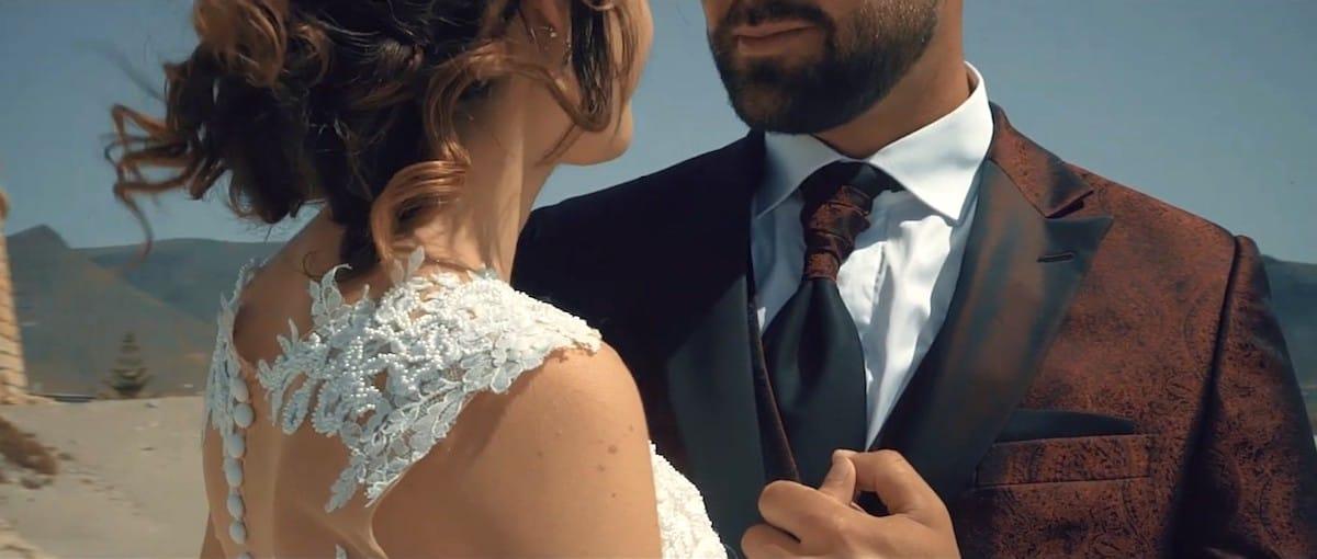 Pareja de recién casados posando en sesión de vídeo de boda.