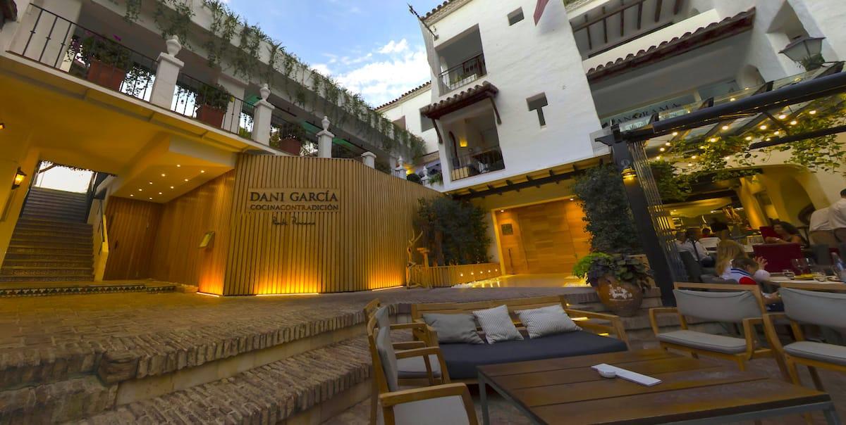 Fachada del restaurante Cocina con Tradición del chef Dani García en Puente Romano, Marbella.