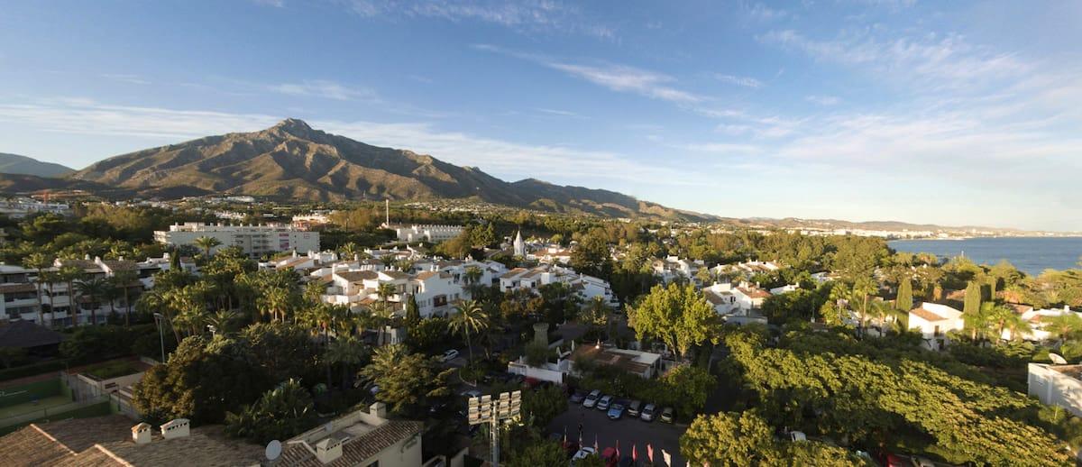 Imagen del pico de La Concha en Marbella, desde el Club de Tenis de Puente Romano.